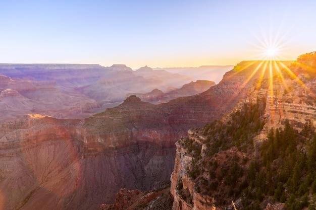 Bela vista do grand canyon à luz do sol nascente