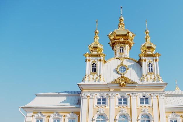 Bela vista do grande palácio de peterhof palace são petersburgo, rússia.