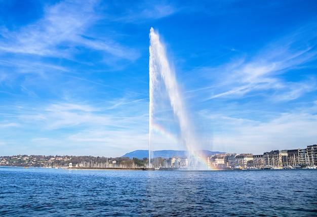 Bela vista do horizonte histórico de genebra com a famosa fonte de jet d'eau no distrito do porto na bela de genebra