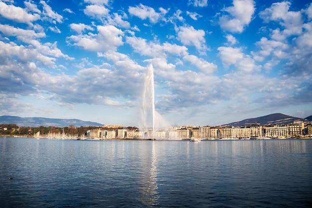 Bela vista do horizonte histórico de genebra com a famosa fonte jet d'eau no distrito do porto em belo de genebra, suíça