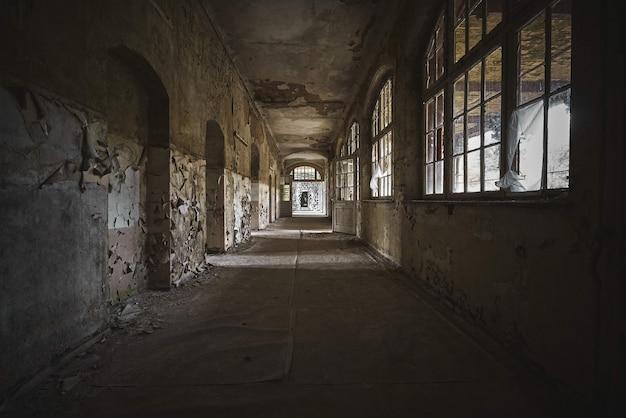 Bela vista do interior de um antigo prédio abandonado