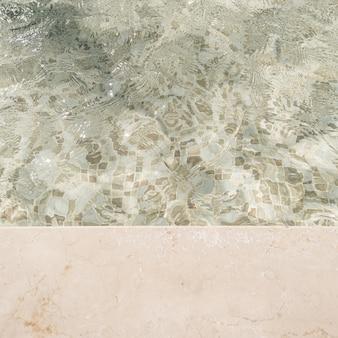 Bela vista do lado da piscina com água azul clara e reflexos da onda de sombra da luz do sol