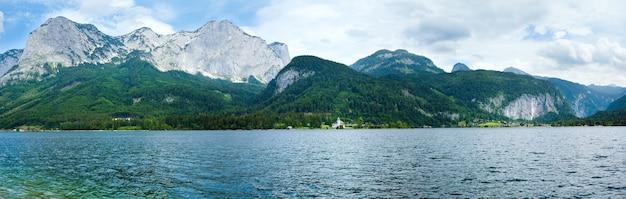 Bela vista do lago alpino de grundlsee no verão (áustria). três tiros costuram a imagem.