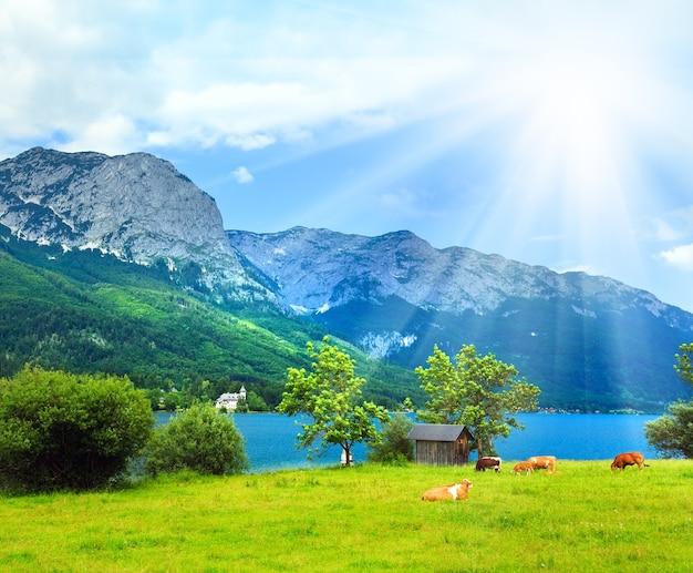 Bela vista do lago alpino de grundlsee no verão (áustria)