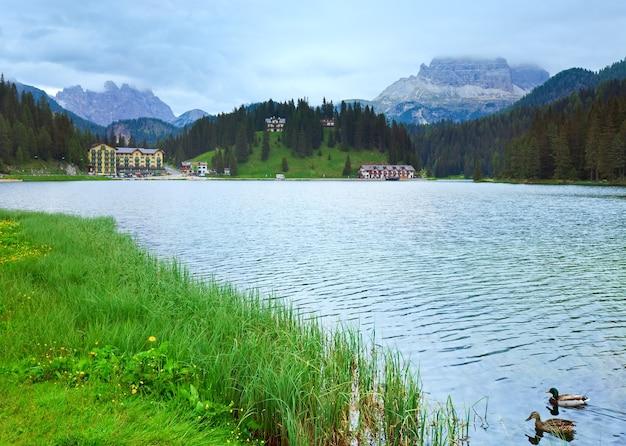 Bela vista do lago alpino de misurina no verão