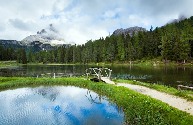 Bela vista do lago alpino do lago di antorno no verão (dolomitas da itália)