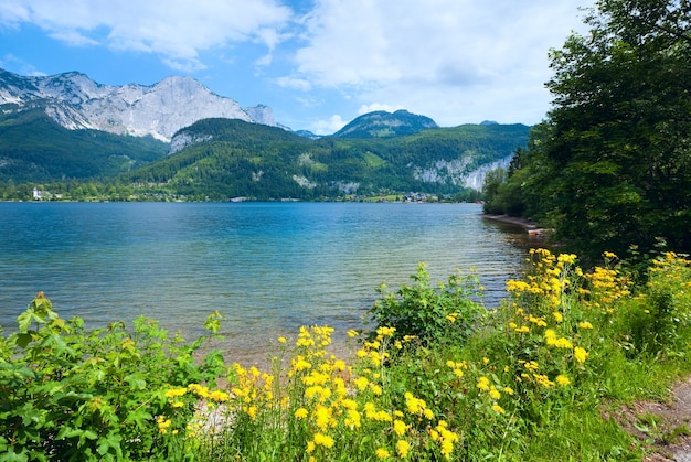 Bela vista do lago alpino grundlsee no verão (áustria)