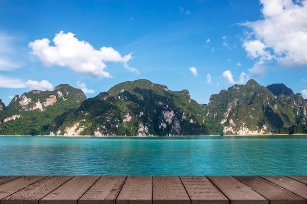 Bela vista do lago paisagem do verão e cordilheira em chiao lan dam