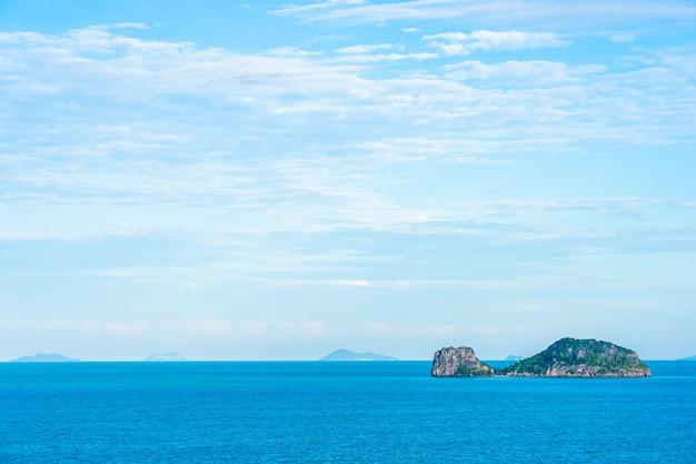 Bela vista do mar ao ar livre com uma ilha