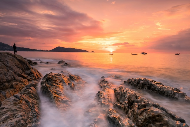 Bela vista do mar ao pôr do sol na praia de kalim patong em phuket, tailândia