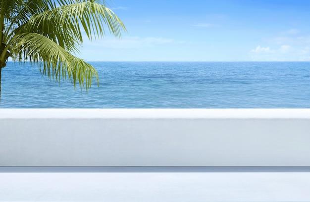 Bela vista do mar azul do terraço ao ar livre