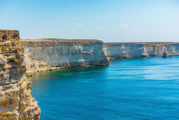Bela vista do mar azul e da montanha