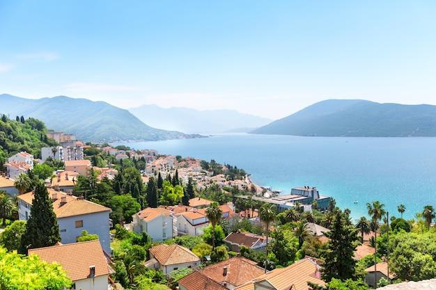Bela vista do mar azul e das montanhas