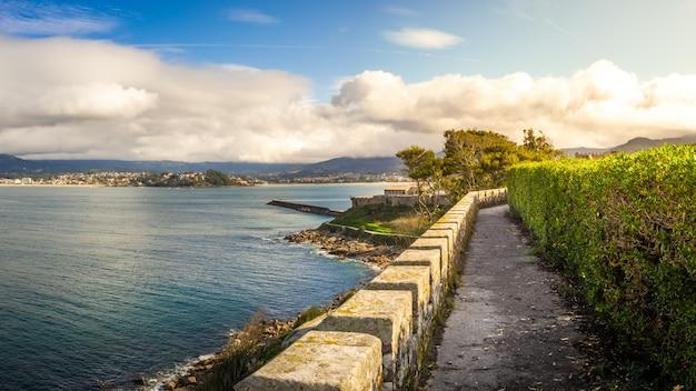Bela vista do mar calmo perto do município de bayona, na espanha