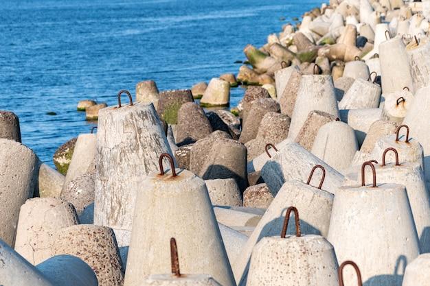 Bela vista do mar com concreto para proteger estruturas costeiras das ondas do mar tempestuoso