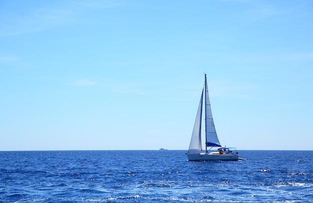 Bela vista do mar com horizonte do mar e barco à vela