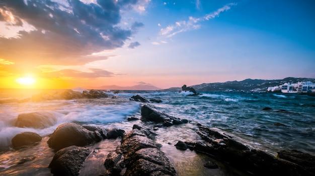 Bela vista do mar com pedras e ondas