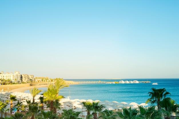 Bela vista do mar com praia e água azul