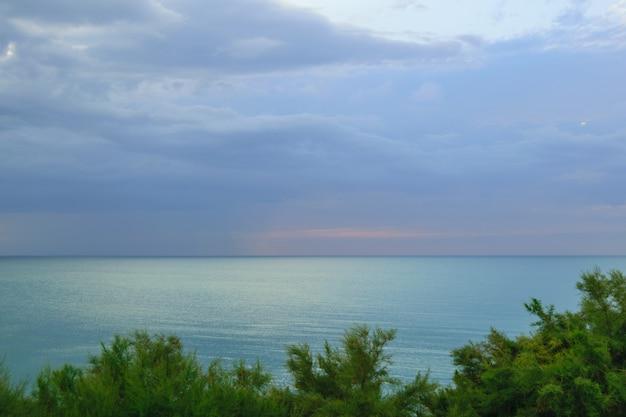 Bela vista do mar com vista do pôr do sol sobre a água