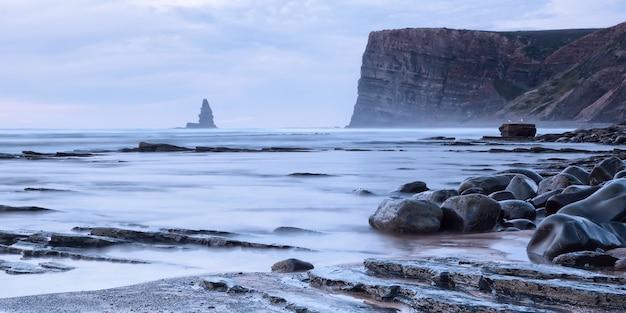Bela vista do mar de pedras e mar ao pôr do sol. agulha de pedra.