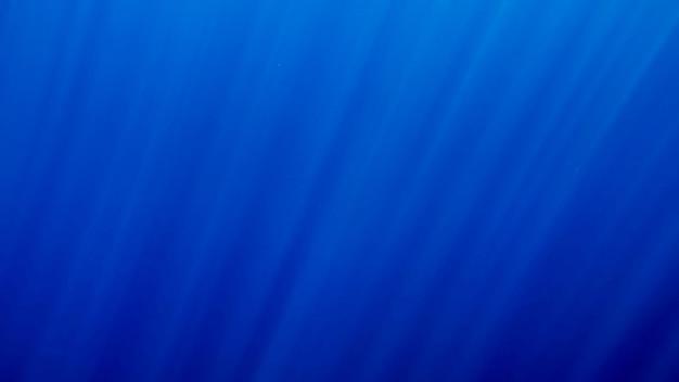 Bela vista do mar de raios de sol brilhando na superfície da água