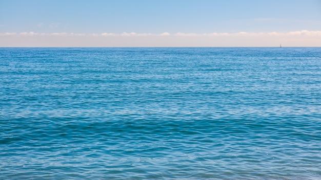 Bela vista do mar de verão com fundo azul do oceano