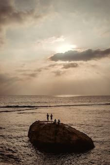 Bela vista do mar durante o pôr do sol no sri lanka.
