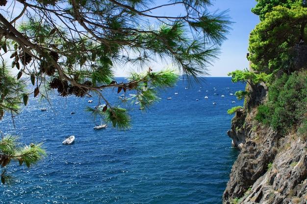 Bela vista do mar e da costa no dia ensolarado. itália.