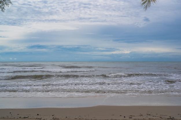 Bela vista do mar idílico na ilha kohkood em viagens de baixa temporada. koh kood, também conhecido como ko kut, é uma ilha no golfo da tailândia