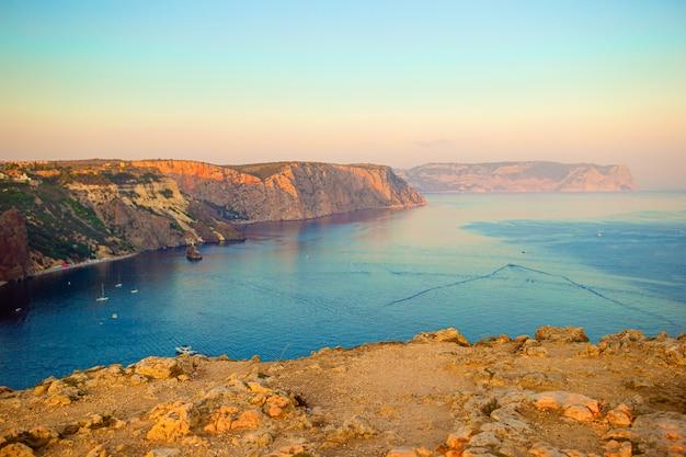 Bela vista do mar. incrível composição da natureza com montanhas e falésias.