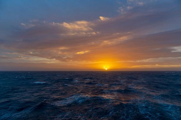 Bela vista do mar - ondas e céu com nuvens com bela iluminação. hora dourada. pôr do sol no mar.