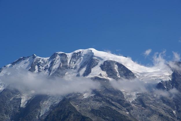 Bela vista do mont blanc coberto de nuvens brancas na frança