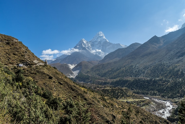 Bela vista do monte ama dablam com lindo céu no caminho para o acampamento base do everest, khu