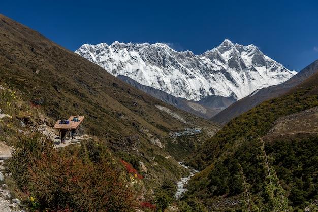 Bela vista do monte ama dablam com lindo céu no caminho para o acampamento base do everest, khu