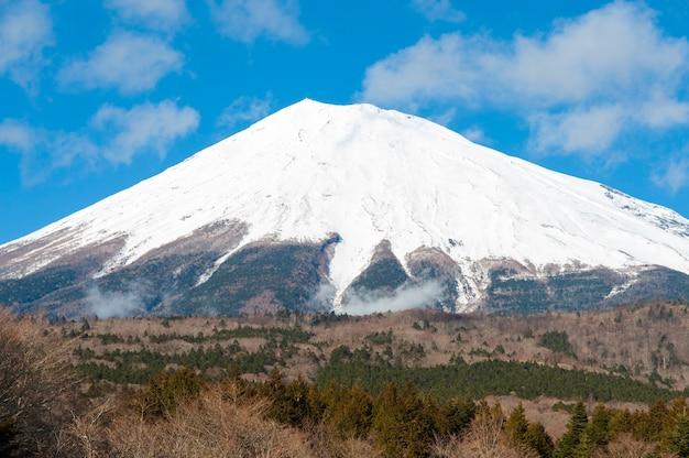 Bela vista do monte fuji coberto de neve no inverno com céu azul e nuvens brancas.