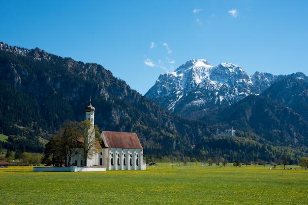 Bela vista do mundialmente famoso castelo de neuschwanstein