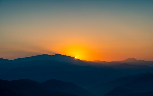 Bela vista do nascer do sol no vale de kathmandu