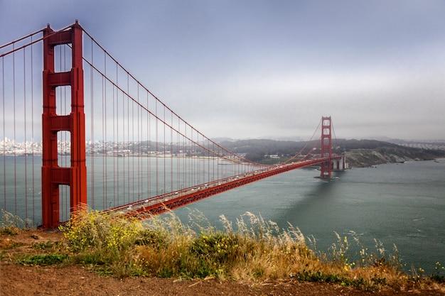 Bela vista do oceano, céu azul, bela ponte