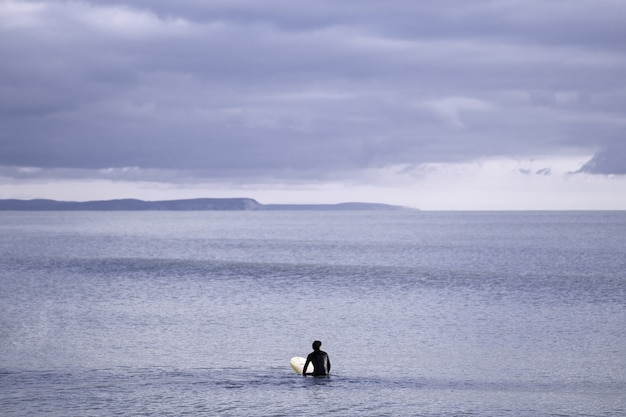 Bela vista do oceano sob um céu nublado e cinza