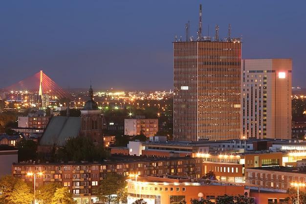 Bela vista do panorama noturno da cidade de gdansk