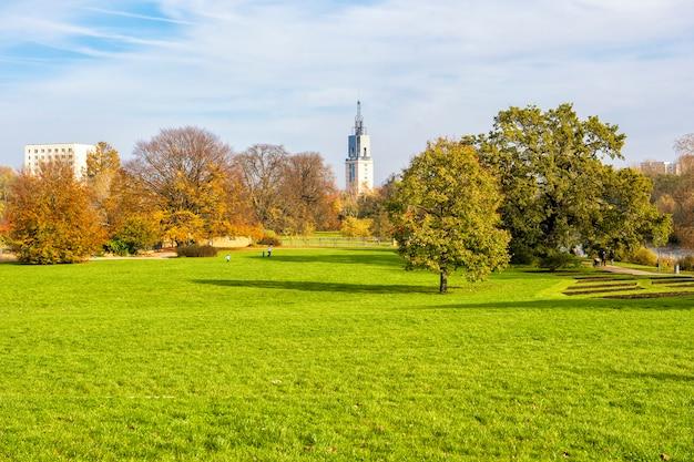 Bela vista do parque verde no outono