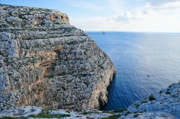 Bela vista do penhasco na costa de malta
