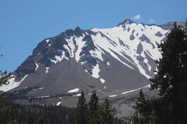 Bela vista do pico de lassen na neve do inverno no parque nacional vulcânico de lassen, califórnia