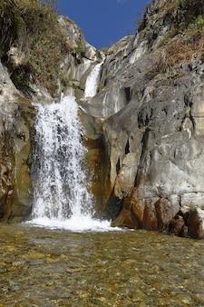 Bela vista do por do sol da cachoeira palacala, no distrito de san jeronimo de surco.