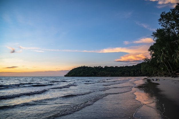 Bela vista do pôr do sol idílico da paisagem marinha na ilha kohkood em viagens de baixa temporada. koh kood, também conhecido como ko kut, é uma ilha no golfo da tailândia