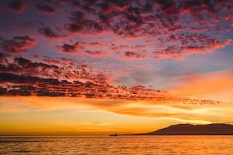 Bela vista do pôr do sol no mar