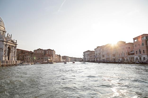 Bela vista do pôr do sol sobre o grande canal de veneza, veneza, itália