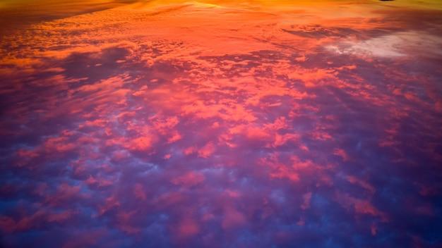 Bela vista do reflexo colorido do pôr do sol