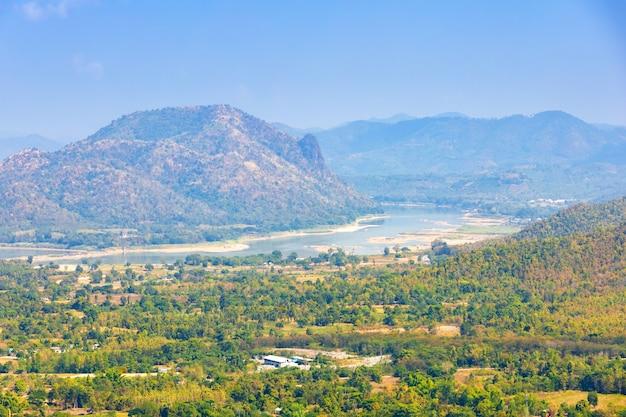 Bela vista do rio mae khong vista para a montanha do laos com a cidade de chiang khan no parque phu thok na província de loei, tailândia