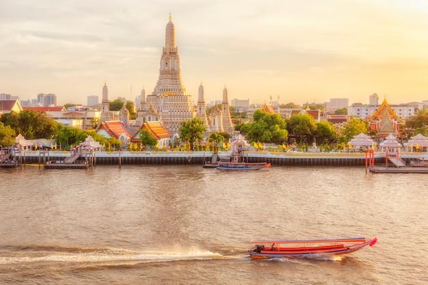 Bela vista do templo de wat arun ao pôr do sol em bangkok, tailândia